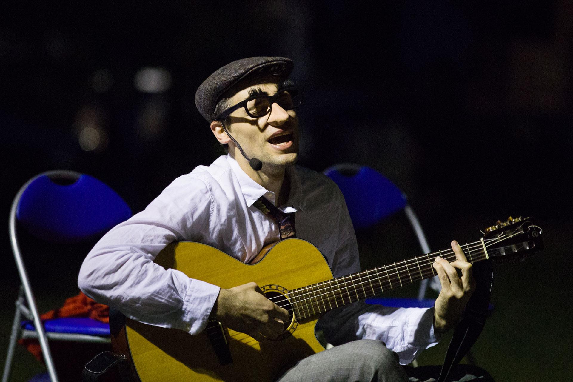 Alberto Mariotti durante una delle repliche a teatro dello spettacolo Senza Zuccheri Aggiunti