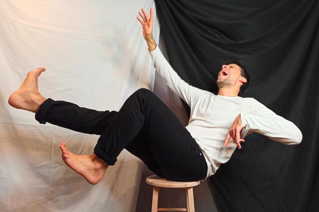L'attore Alberto Mariotti recita un monologo di Dario Fo su Zoom per TeatrArt Live